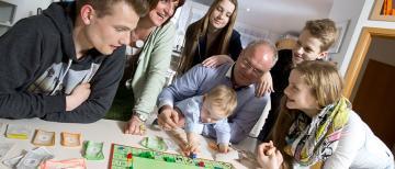 Familie beim Monopoly spielen